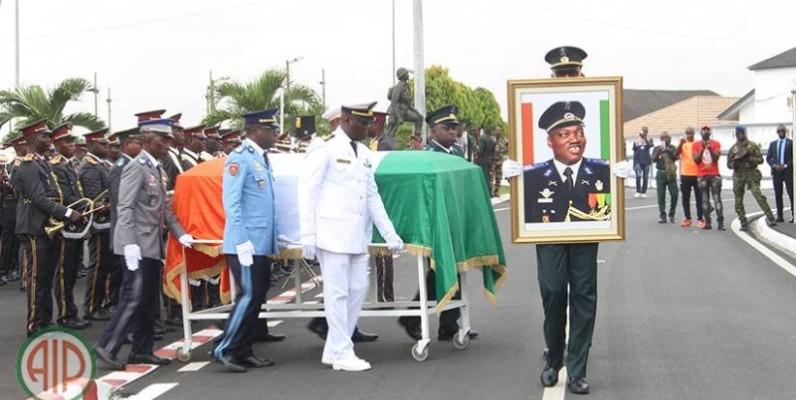 Le corps d'Issiaka Ouattara, lors de la cérémonie d'hommage en présence du ministre d'État, ministre de la défense, Hamed Bakayoko, le jeudi, 6 février 2020. (Aip)