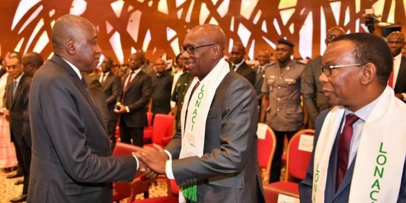 Le Premier ministre Amadou Gon Coulibaly saluant le directeur général de la Lonaci, Dramane Coulibaly. (DR)