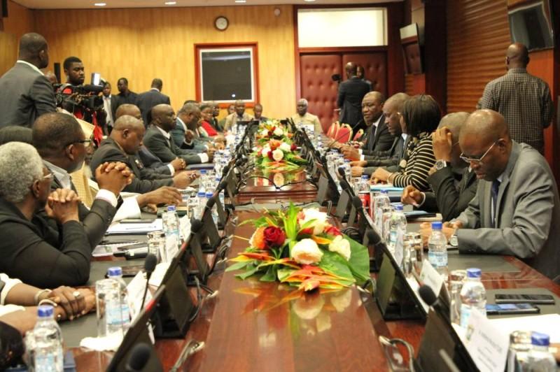 Les partis politiques à la table de discussion dans le cadre du dialogue politique sur le code électoral. (DR)