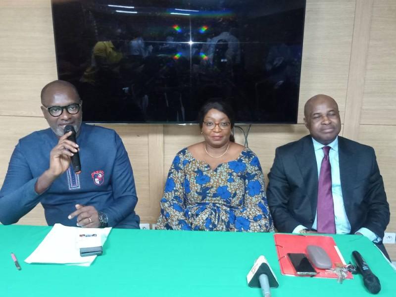 Dr Djénéba Outtara, présidente de Action santé sociale, entourée des deux conférenciers.(DR)