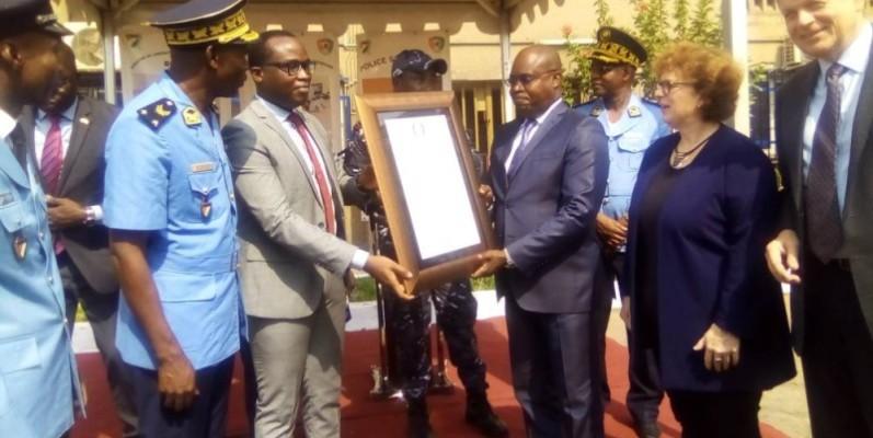 Le directeur de cabinet du ministre Vagondo Diomandé recevant l'accréditation des mains du Saoc. (Jean Bavane)