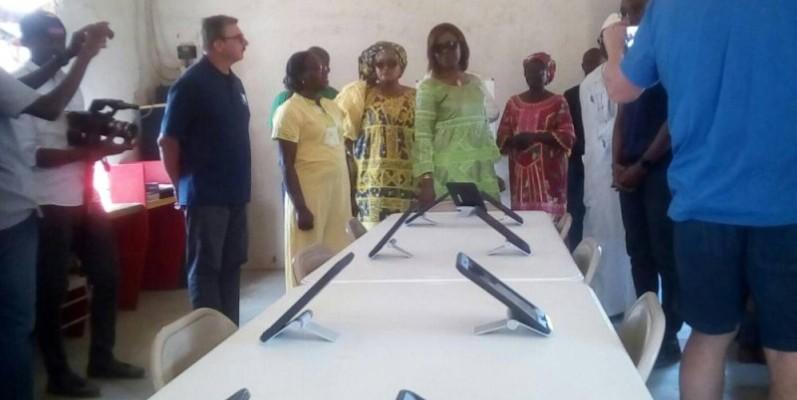 La ministre Nialé Kaba visitant la salle multimédia de l'orphelinat de Nionan à 7 km au Nord de Doropo. (DR)