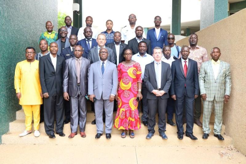 Formateurs et auditeurs de la formation se sont prêtés à une photo de famille, au terme de la séance inaugurale. (DR)
