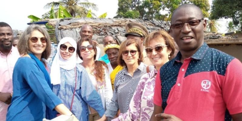 Le Groupe des épouses des chefs de mission diplomatique accrédités en Côte d'Ivoire (Gecmd-ci), heureux d'apporter de l'eau potable aux populations de Yao-Obou. (DR)