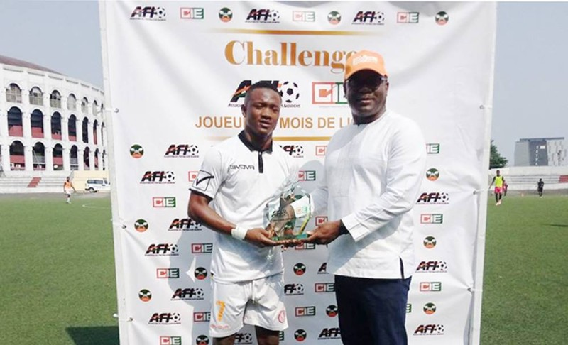 Aboubacar Doumbia recevant son prix des mains du Sg de la Cie, Lago Sosthène (DR)