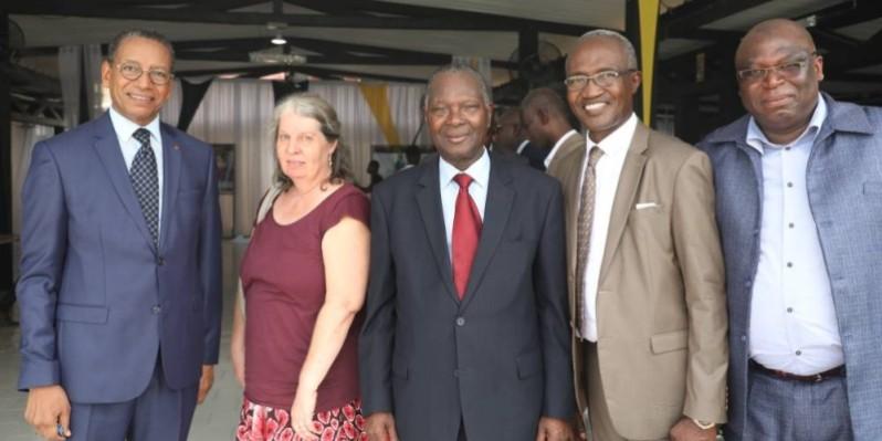 Le Pr Saliou Touré (en cravate rouge), entouré de quelques participants. (DR)