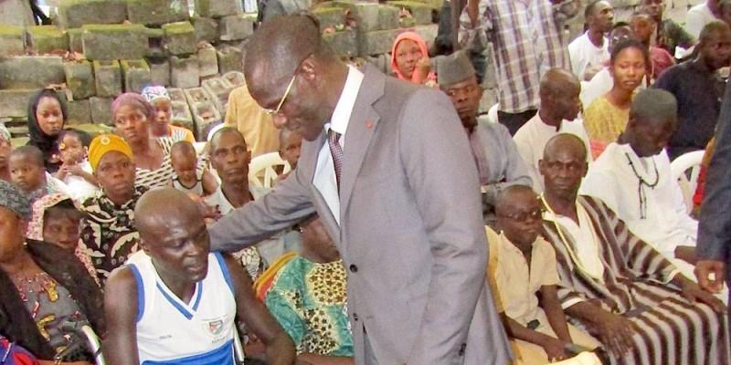Le ministre Vagondo Diomandé rassurant le Sergent de police Dao Dadjou amputé des deux jambes. (DGPN)