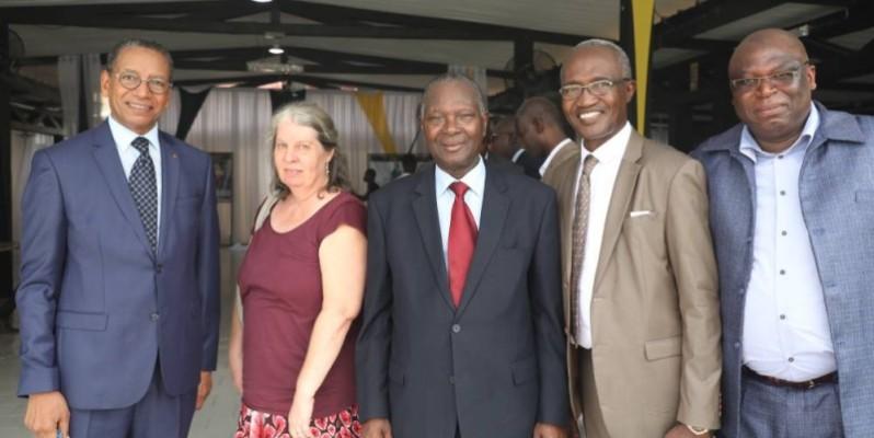 Le Professeur Saliou Touré, entouré de quelques participants. (DR)