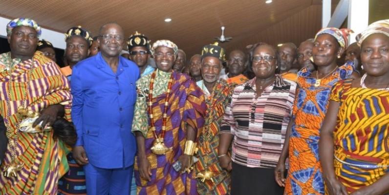 Le président du Sénat, Jeannot Ahoussou-Kouadio, la présidente du conseil régional du Cavally, Anne Désiré Ouloto ont posé avec les chefs Wê et Baoulé après les échanges. (DR)