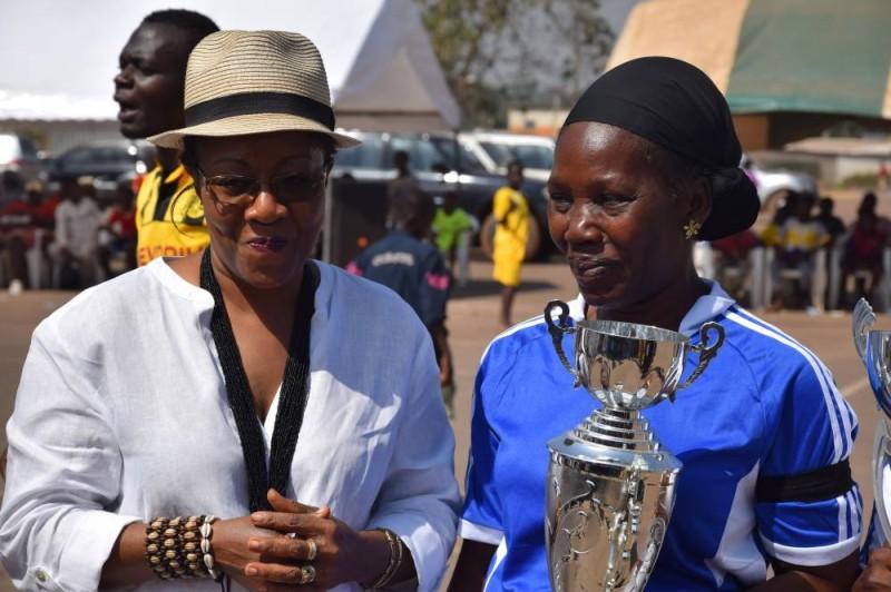 La marraine récompensant l'équipe lauréate (DR)
