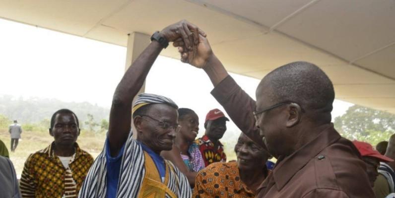 Le président du Sénat, Jeannot Ahoussou-Kouadio, congratulant un chef traditionnel.(DR)