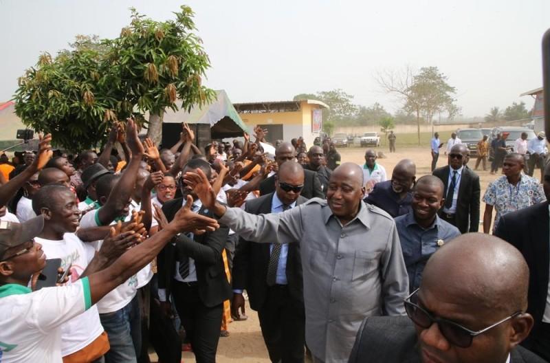 Bain de foule du Premier ministre dans les localités de Sago et ...de Dakpadou. (PH : PORO DAGNOGO)