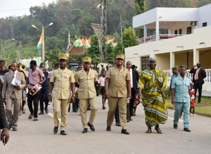 Le préfet d'Abidjan, Vincent Toh Bi Irié (à gauche de Beugré Mambé en pagne), visite les réalisations de Songon.