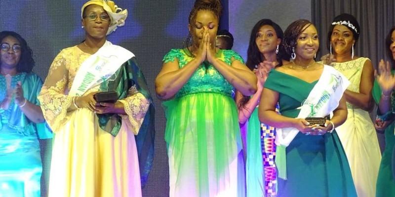 Le trio gagnant avec, au centre (mains croisées), Blé Emilie, lauréate de la Première édition de l'« Africa green lady » (DR).