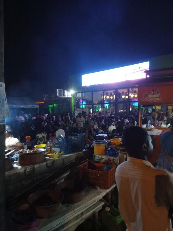 Ambiance dans un maquis à Yopougon. (photo :DR)