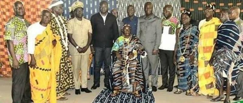 Kouamé N'Guessan Denis (assis) est le nouveau chef des Baoulé Oualèbo d'Agboville. (DR)