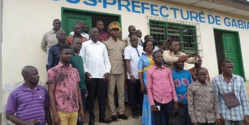 Le délégué régional du Conseil café-cacao, Koné Marcel, en blanc, à droite du sous-préfet de Gabiadji et les responsable de sociétés coopératives. (DR)