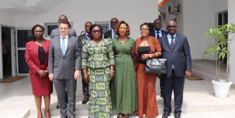 Les membres du Cndh, aux côtés du coordinateur-résident du système des Nations unies en Côte d'Ivoire. (DR)
