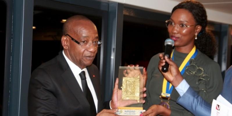 L'ex-DG de Côte d'Ivoire Tourisme recevant un présent des mains de Zenab Diallo, présidente du Rotary Club Ivoire. (DR)