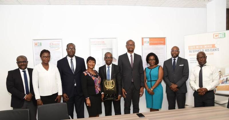 La délégation de l'Unjci conduite par son président Jean-Claude Coulibaly posant avec le Dg de la Cie-Sodeci (DR)