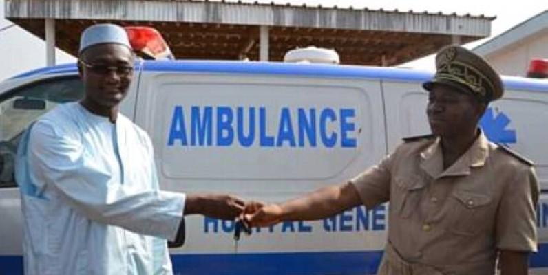 Le ministre Moussa Sanogo remettant les clés de l'ambulance au préfet de Ouaninou. (DR)