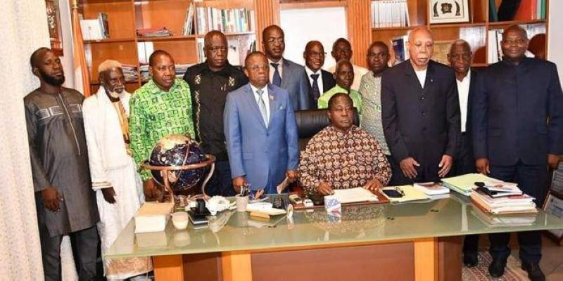 Le colonel Wassi Kanaté debout à côté d'Henri Konan Bédié et les membres de sa délégation ont réaffirmé leur appartenance au Pdci-Rda. (DR)