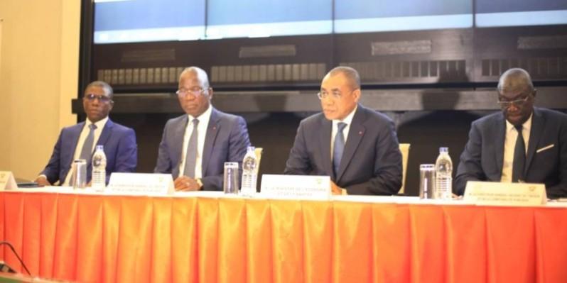 Le ministre de l'Economie et des Finances, Adama Coulibaly (2e à partir de la droite) a fixé des objectifs clairs et précis au Trésor public pour l'année 2020. (DR)