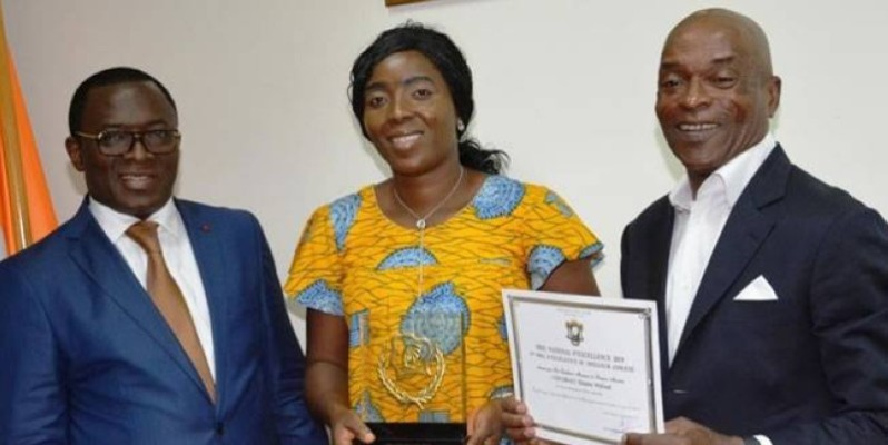 En l'absence du jeune Eliakim Wilfried Coulibaly, c'est sa mère et le président de la Fédération ivoirienne de tennis, Me N'Goan qui ont réceptionné ses prix. (DR)