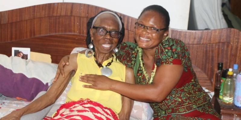 Marie Rose Guiraud, sourire franc, aux côtés de sa dame de compagnie. (Véronique Dadié)