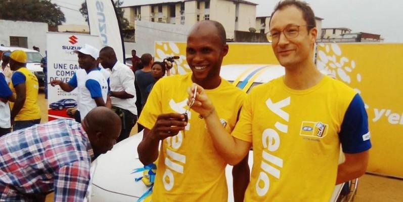 Sidibé Abdoulaye, menuisier, recevant les clés de sa voiture des mains du General manager Mtn Momo, Etienne Ardon. (DR)
