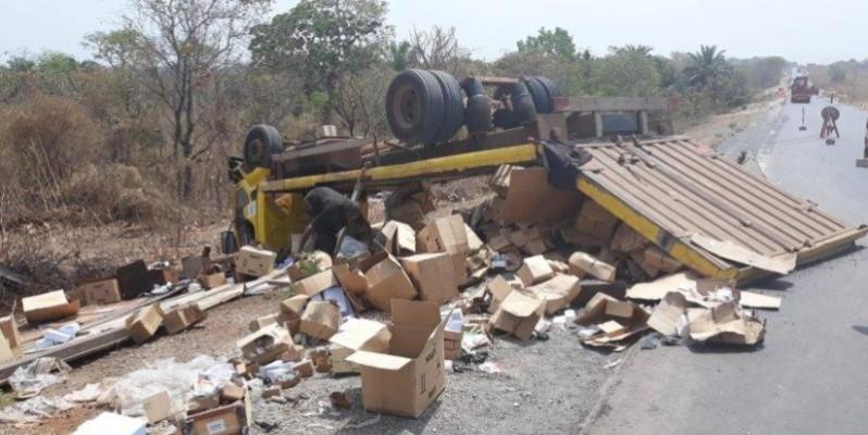 Le camion accidenté près de Ounandiékaha, le samedi 22 février 2020. (DR)