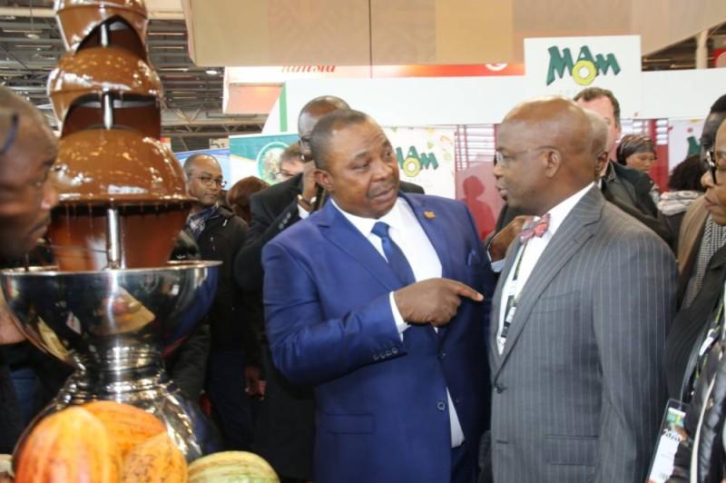 Le ministre Adjoumani et son collègue Dossso Moussa, à droite ont affichant une solidarité exemplaire, ici lors de la visite du stand café cacao de la Côte d'Ivoire.