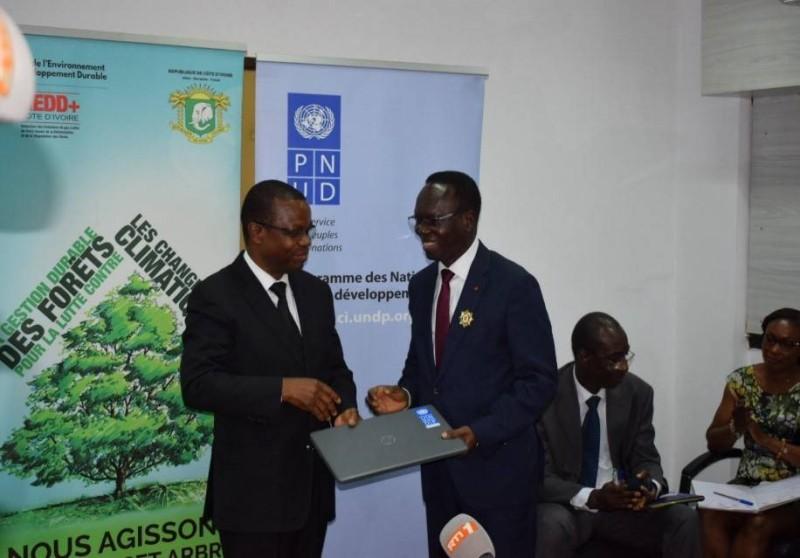 Échange des parafeurs entre le ministre de l'Environnement et du Développement durable, Pr Joseph Séka Séka, et le représentant résident par intérim du Pnud, Jonas Mfouatié. (Dr)