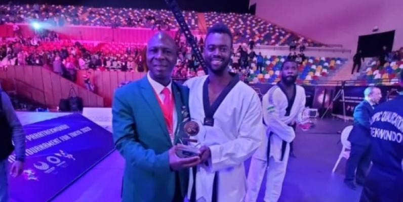 Seydou Gbané, félicité par le président Bamba Cheick Daniel. (DR)