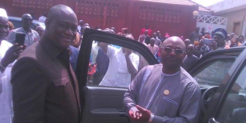 Téné Birahima Ouattara remettant un véhicule à un récipiendaire. (DR)