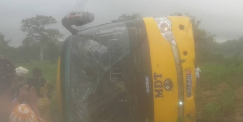 Un car de transport se renverse sur le tronçon Aboisso-Abidjan. (DR)