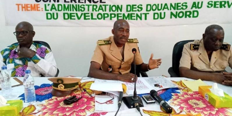Le colonel Kamagaté Ibrahim, directeur régional des Douanes, s'entretenant avec son auditoire. (DR)