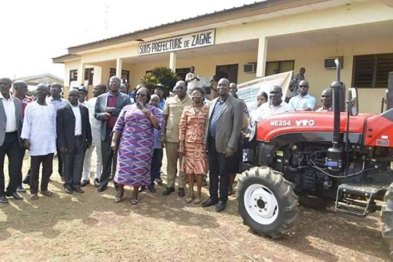 Ce tracteur a été offert pour aider les bénéficiaires à améliorer leurs conditions de vie.