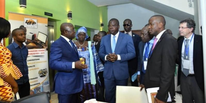 Amédé Koffi Kouakou, ministre de l'Equipement et de l'Entretien routier (au centre) parraine l'évènement.