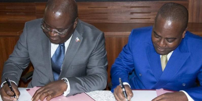 Le directeur général de la Brvm, Dr Edoh Kossi (à gauche) et le Pr Justin Kofi,directeur de l'Arre, lors de la signature du mémorandum. (Sercom Brvm)