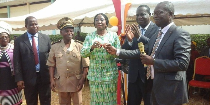 Le donateur, Ange Kessi (à l'extrême droite), remet les clés du bâtiment à la ministre Kandia Camara, à la satisfaction de Théophile Ahoua N'Doli qui applaudit. (DR)
