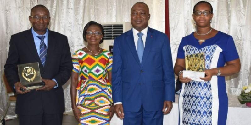 Autour du ministre de la Fonction publique (2e à partir de la droite), les trois lauréats visiblement heureux d'être désignés meilleurs fonctionnaires de l'année 2019. (DR)