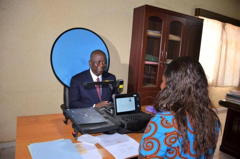 Jeannot Ahoussou-Kouadio se faisant enrôlé pour le renouvellement de sa CNI à Didiévi. (DR)