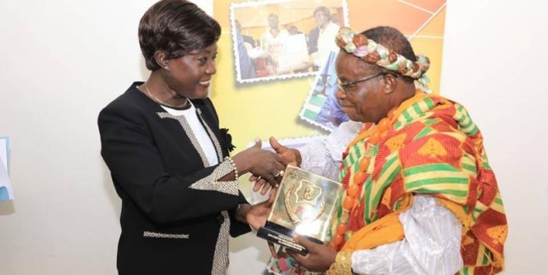 Le ministre Mariatou Koné félicitant Djadou Koua François, classé 2e au concours du prix d'excellence de la paix. (DR)
