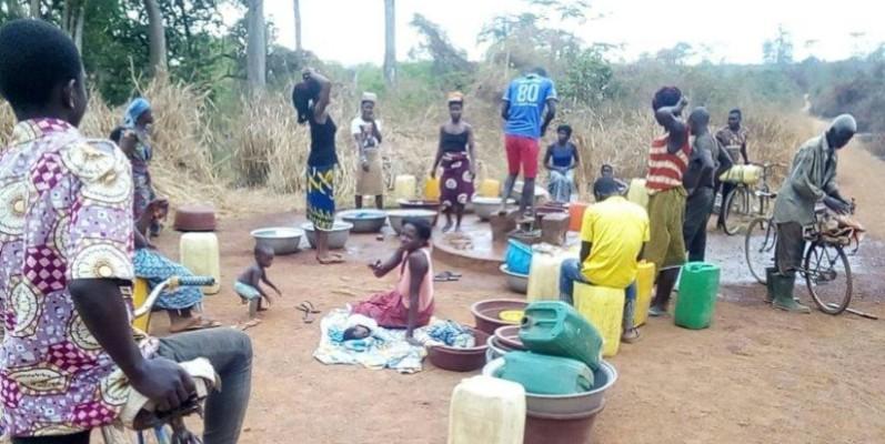 Les femmes passent des heures ici pour espérer avoir une petite quantité d'eau. (DR)