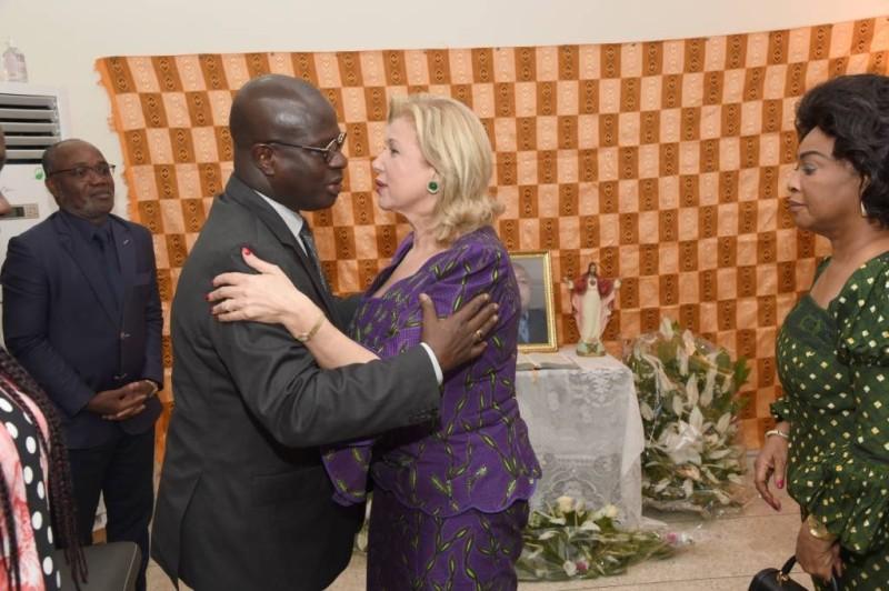 Le ministre Emmanuel Essis reçoit la consolation de la Première dame en présence de Clarisse Duncan, épouse du vice-Président de la République. Ph : Cabinet 1ère dame