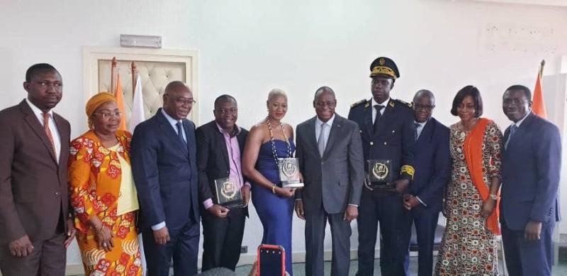 Une photo de famille autour du ministre Ally Coulibaly et ses proches collaborateurs pour immortaliser l'évènement.(DR)