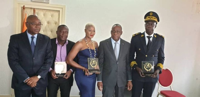 Les trois lauréats des 2e et 3e prix nationaux d'excellence (trophée en main), visiblement heureux, de savoir leur mérite reconnu.(DR)