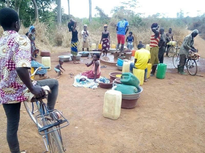 Les femmes passent des heures ici pour espérer avoir une petite quantité d'eau