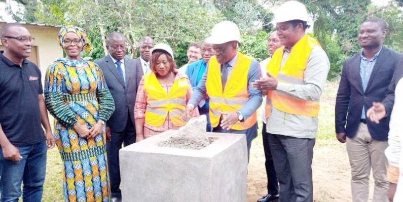 Pose de la première pierre du siège du Centre international pour la recherche en agroforesterie à Abidjan. (DR)